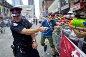 canadian-toronto-police-officer-water-fight-during-pride-2011-carlos-osorio